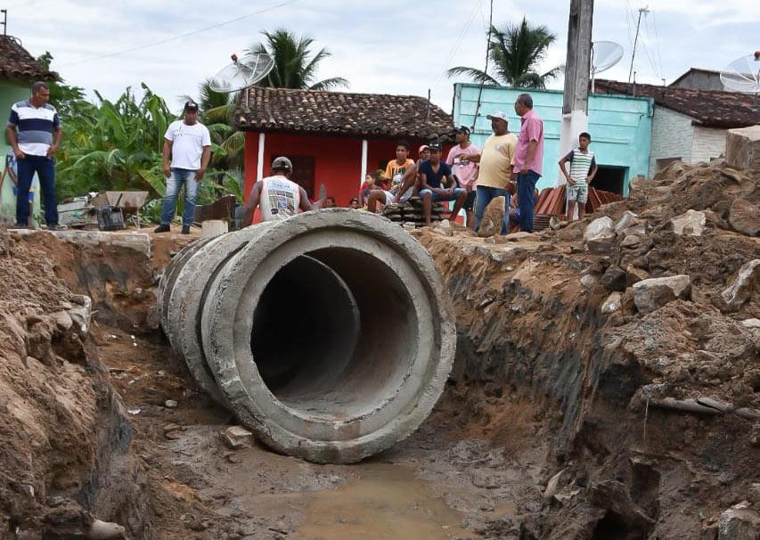 Prefeito Chico Vigário acompanha obras das novas galerias pluviais no Povoado Porangaba