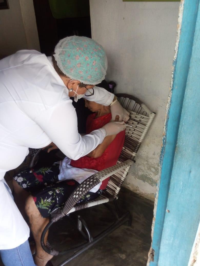Prefeitura de Atalaia vacina idosos contra a gripe em casa para evitar aglomerações nos postos de saúde