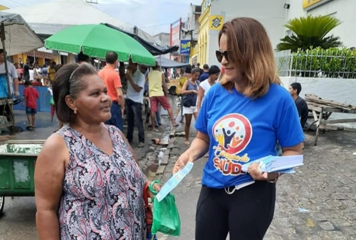 Secretária Rosângela Maria participa de panfleagem na Feira Livre do centro de Atalaia.