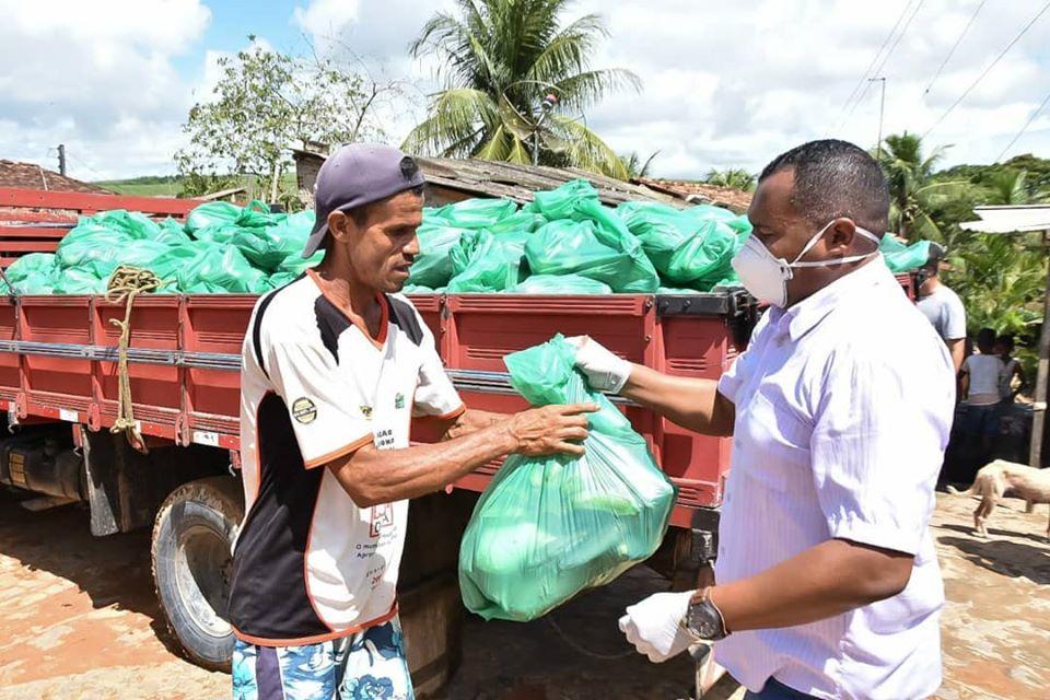Famílias do Conjunto Mutirão, no Povoado Genipapeiro, recebem produtos da agricultura familiar