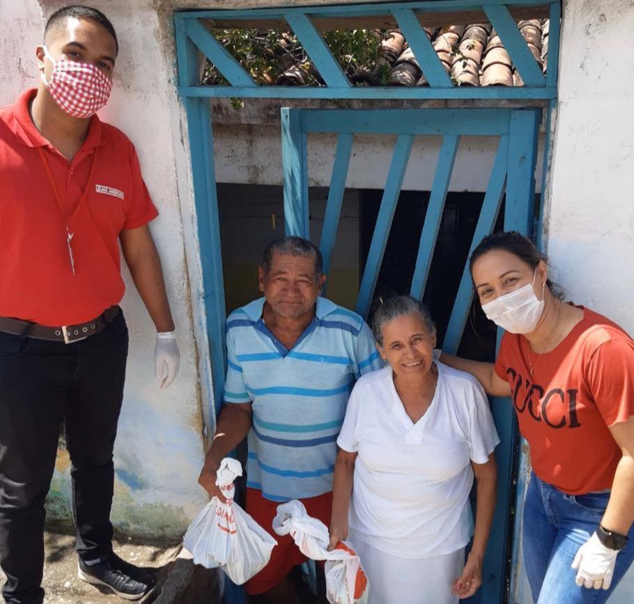 Parceria entre Lojas Americanas e Prefeitura resulta na entrega de kits de higiene pessoal para idosos de Atalaia