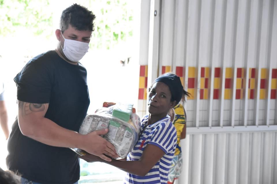 Entrega de cestas básicas inicia pelo Povoado Genipapeiro.