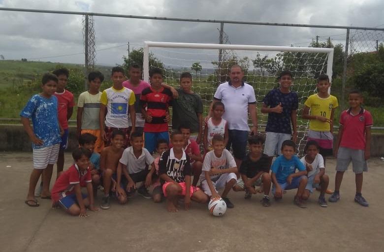 Vereador Quinho incentiva a prática esportiva em comunidade carente de Atalaia com a doação de bolas e redes