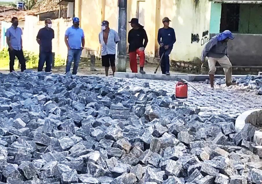 Prefeito Chico Vigário acompanha andamento de obras de pavimentação no município