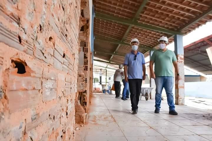 Prefeito Chico Vigário visita obras na Escola Antônio Amâncio