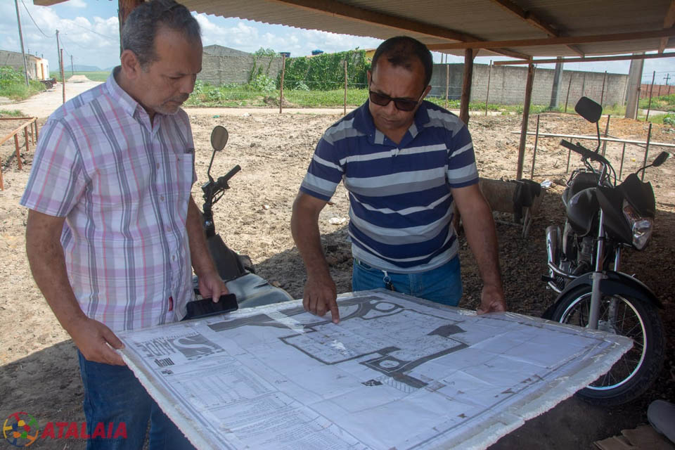 Prefeito Chico Vigário analisando o projeto da nova UBS dos Altos.