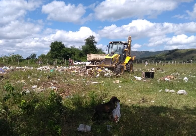 Ação do vereador Marivaldo retira grande quantidade de lixo no Distrito Porangaba