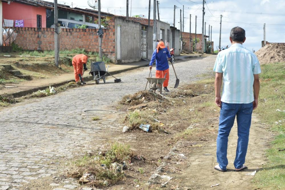 Prefeitura realiza mutirão de limpeza no Conjunto Maria de Nazaré