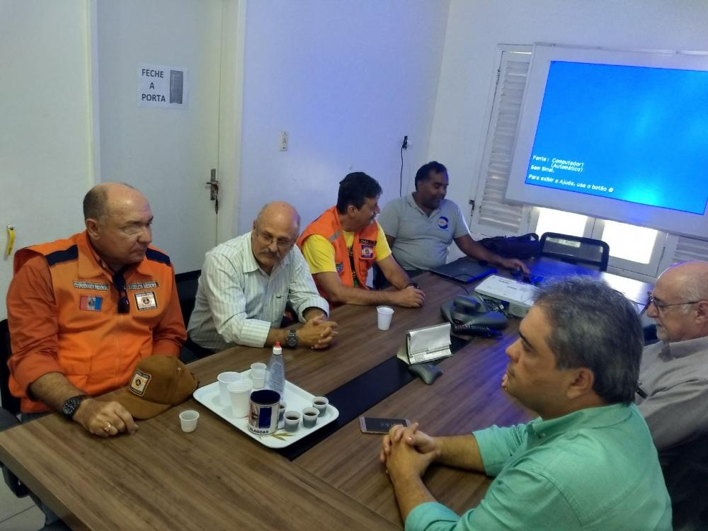 Secretário Massilon Mendes acompanha a instalação de equipamento que monitora tremores em tempo real