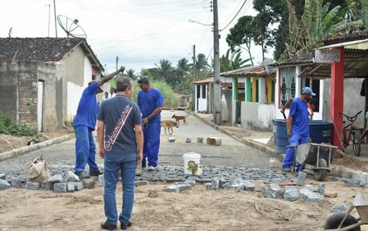 Obras de calçamento no Distrito Santo Antônio seguem em ritmo acelerado