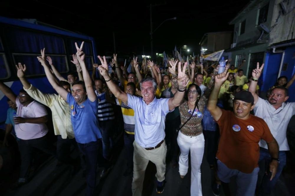 Lideranças locais acompanham Collor e Kelmann em caminhada pelas ruas de Atalaia