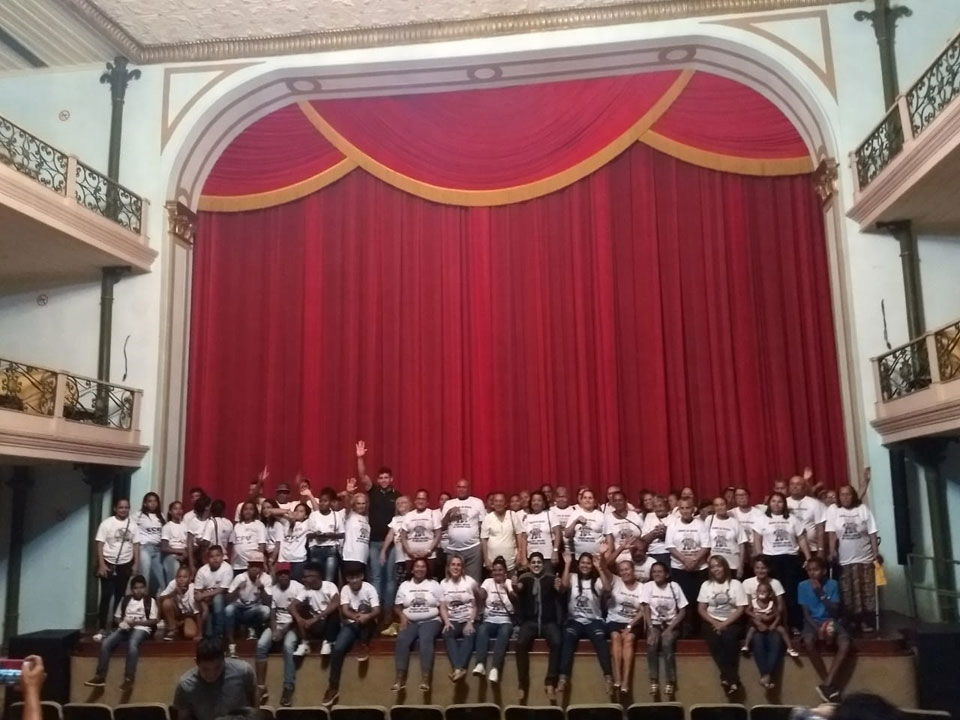Idosos e adolescentes sobem ao palco do Teatro Deodoro.