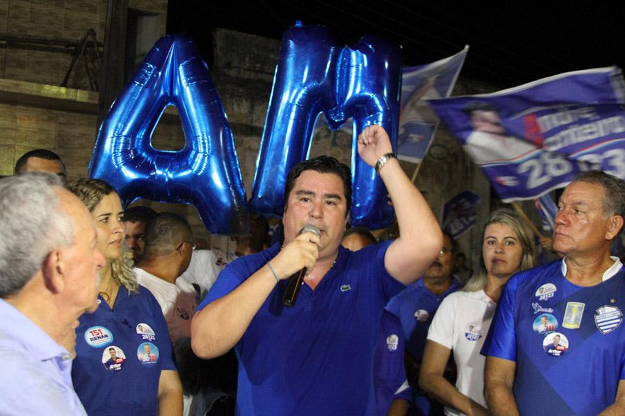 André Monteiro discursa em ato em apoio à sua candidatura a deputado estadual.