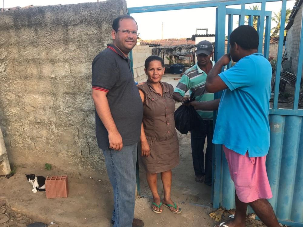 Vereador Alexandre Tenório distribui peixes para famílias carentes de Atalaia