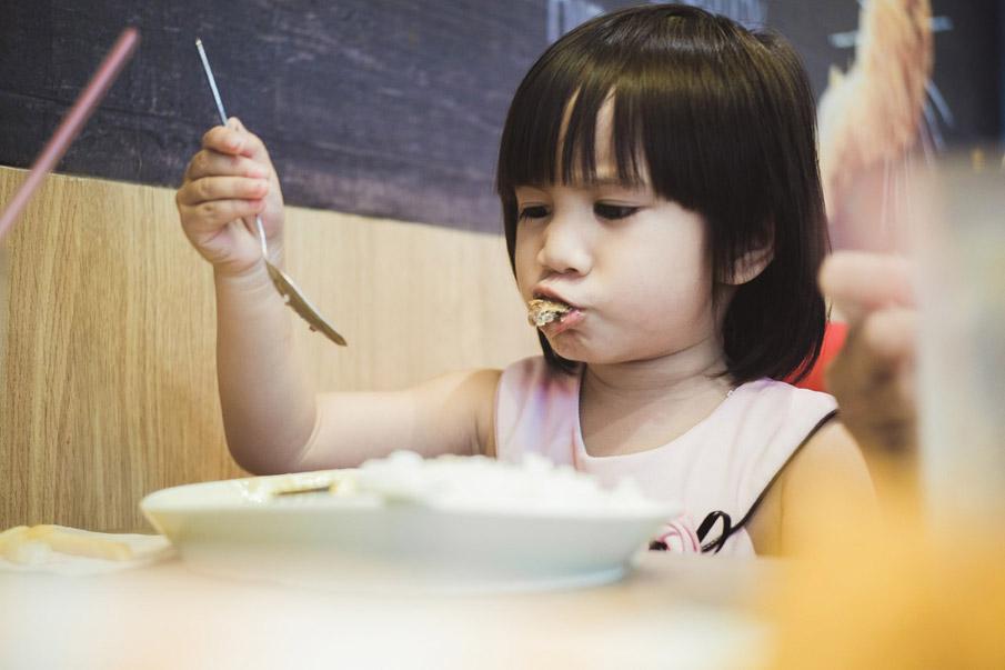 Como apresentar os alimentos às crianças