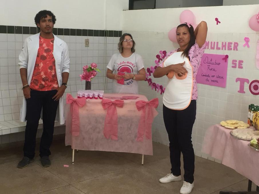 As funcionárias puderam acompanhar palestras voltadas a orientações e prevenção do câncer de mama.