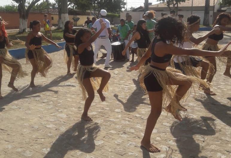 Crianças e Adolescentes do Afro-Jovem realizam apresentações para alunos da Escola Joaquim Fortunato Bittencourt.