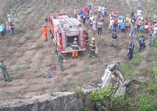 Capotamento de carro deixa três mortos em rodovia em Atalaia, AL