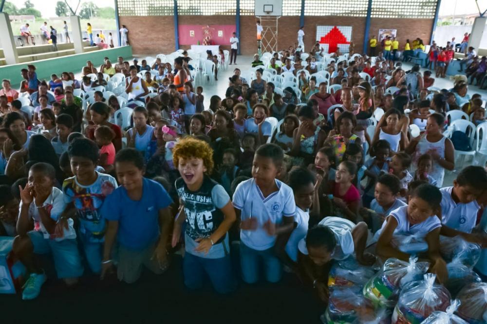 Natal do Povo Para o Povo emociona e leva alegria para centenas de familias do Conjunto Habitacional Deus É Fiel.