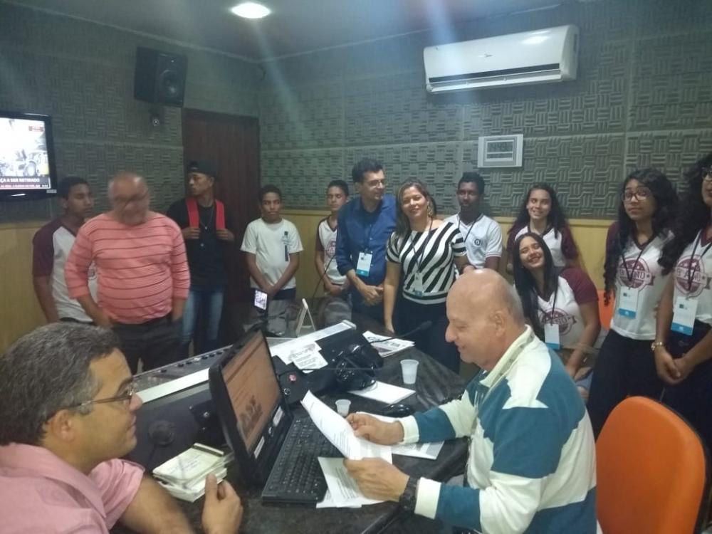 Alunos da rede municipal de Atalaia visitam estúdios da Rádio e TV Gazeta