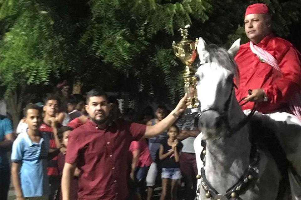 Vereador entrega um dos troféus da Cavalhada.