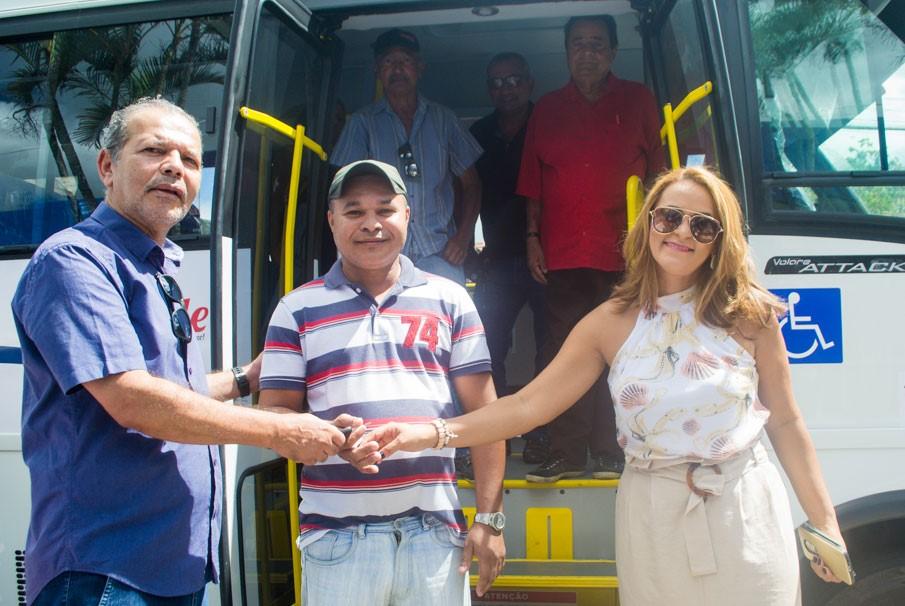 Prefeito Chico Vigário entrega novo e moderno veículo para os pacientes de hemodiálise