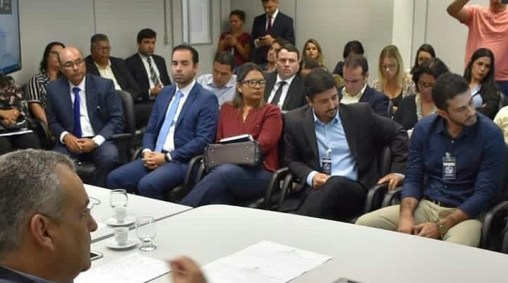 Dr. Márcio Júnior acompanha reunião, representando o município de Atalaia.