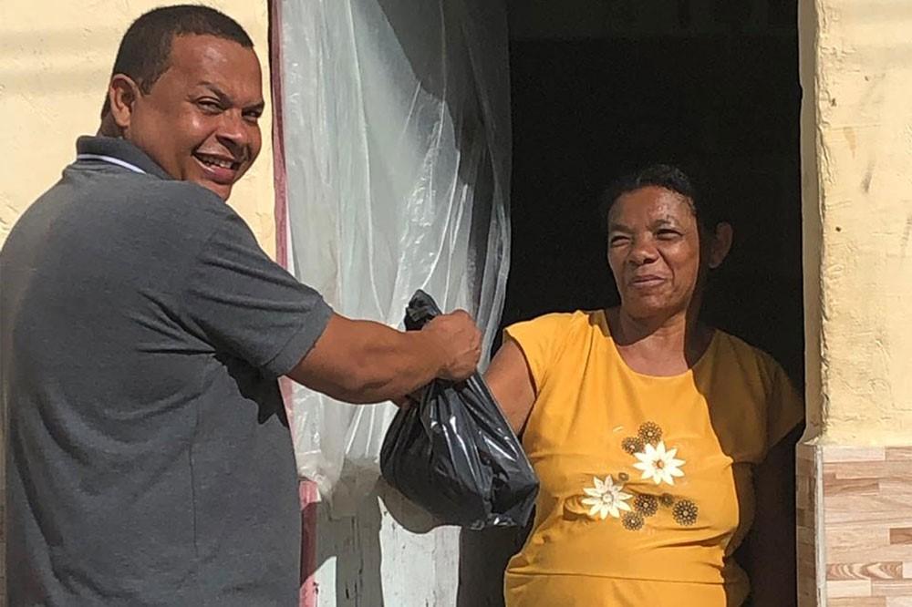 Em ação solidária, vereadora Maria da Comesa distribui peixes para famílias de Atalaia