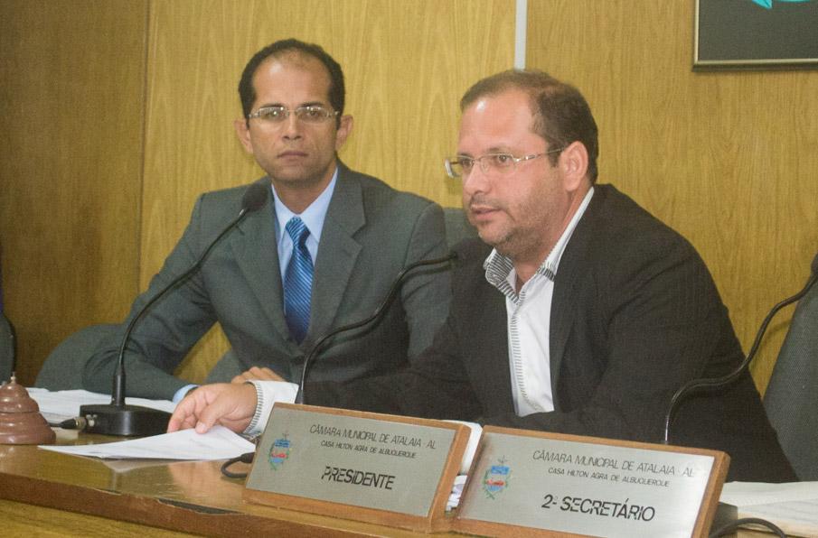Sessão da Câmara Municipal de Atalaia, presidida pelo vereador Alexandre Tenório.