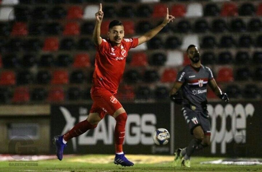 Neto Moura comemora o gol da vitoria do Vila Nova.