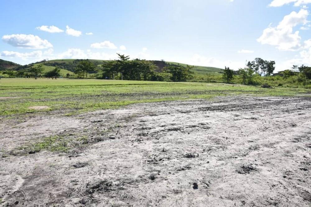 Prefeito Chico Vigário visita terreno onde será construído espaço de esporte e lazer