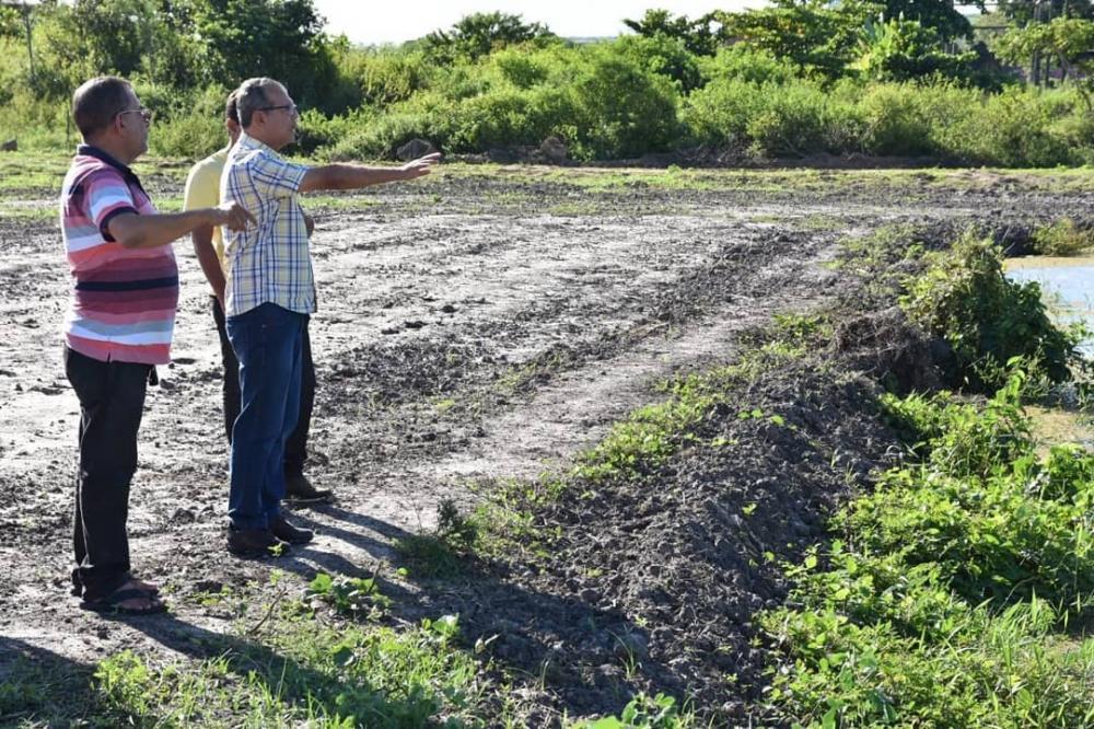 Prefeito Chico Vigário em visita a terreno onde será construído espaço de esporte e lazer.