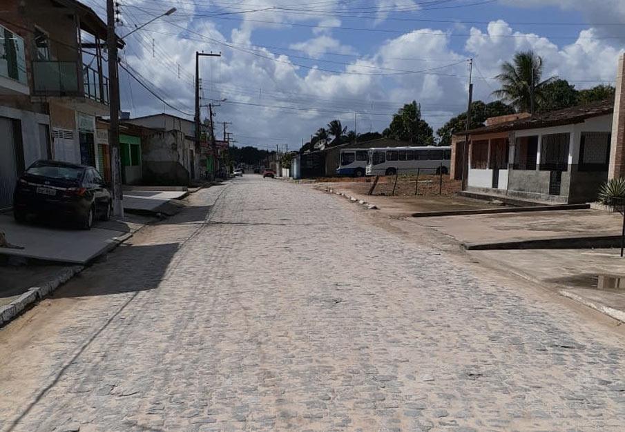 Asfalto na principal Avenida do Distrito Branca vai melhorar a trafegabilidade na região.