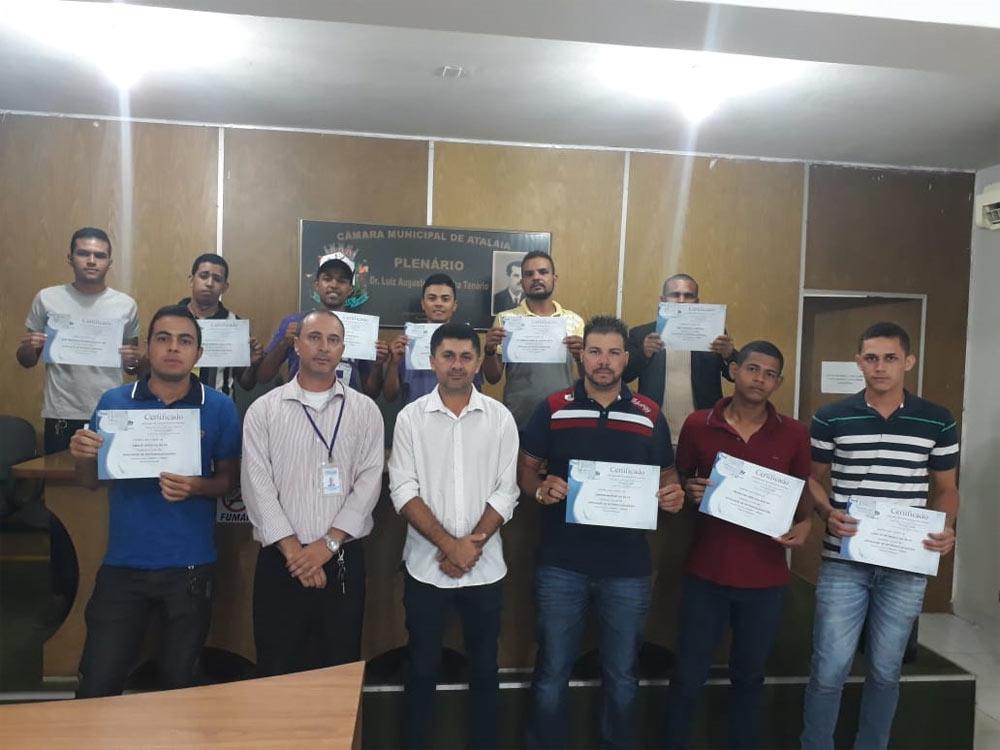 Entrega dos certificados do curso de Máquinas Pesadas em Atalaia.
