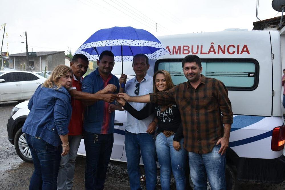 Prefeito entrega nova ambulância para o Distrito Ouricuri.