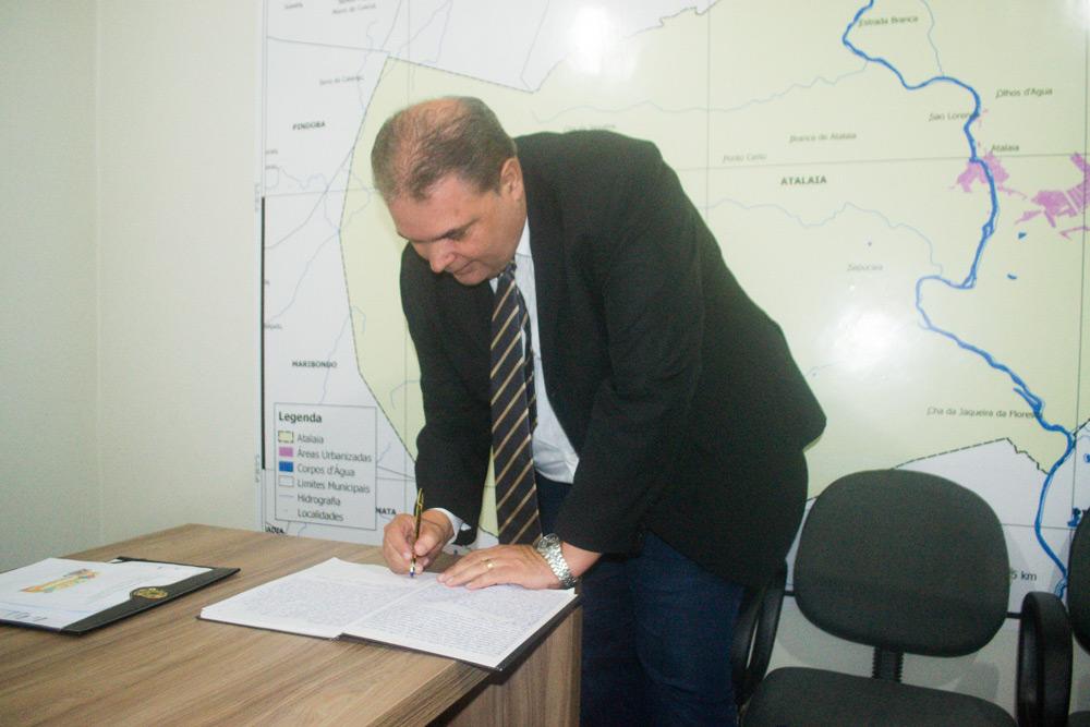 Fabrício Torres assina o termo de posse como vereador do município de Atalaia.