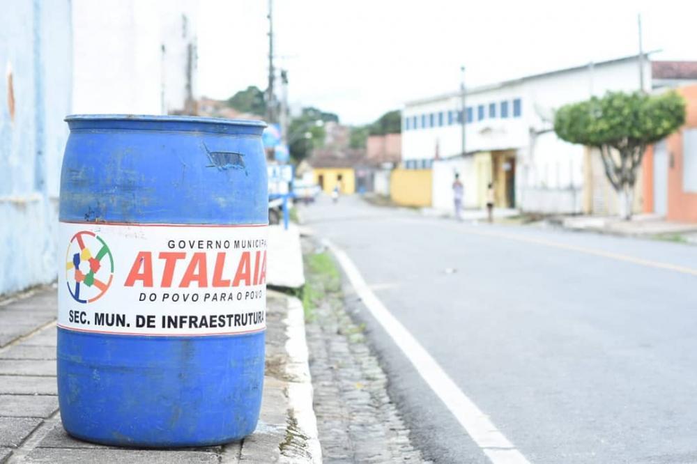 Prefeitura inicia instalação de novas lixeiras em vários pontos de Atalaia