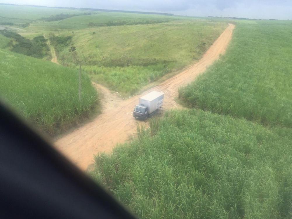Caminhão furtado da prefeitura foi localizado em estrada vacinal em Atalaia, Alagoas — Foto: Grupamento Aéreo/Divulgação