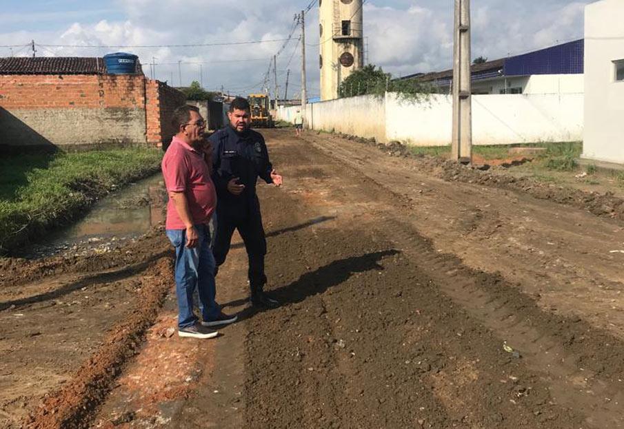 Vereador Marcos Rebollo ao lado do secretário de Infraestrutura João Eudes, acompanha os trabalhos.