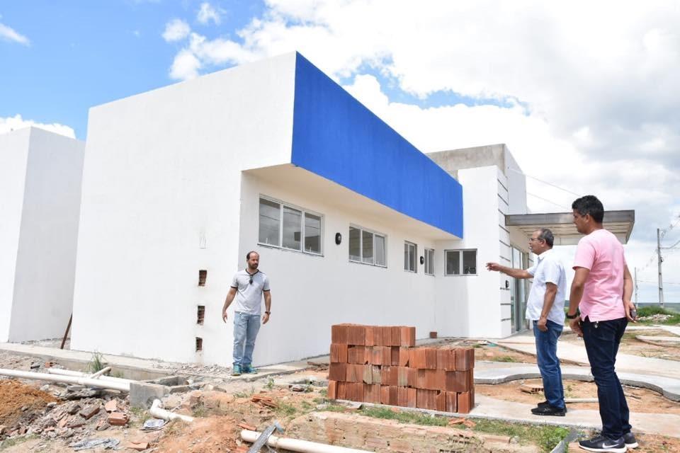 Prefeito Chico Vigário visita obras da UBS José Paulino e da UBS dos Altos