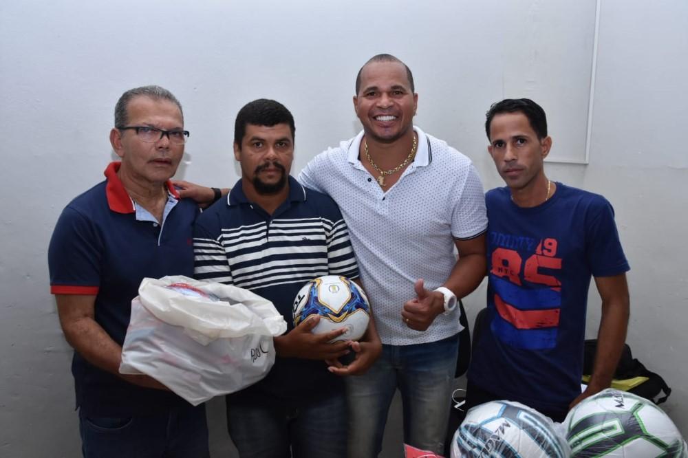 Prefeitura de Atalaia realiza a entrega de material esportivo para as 18 equipes da Segunda Divisão