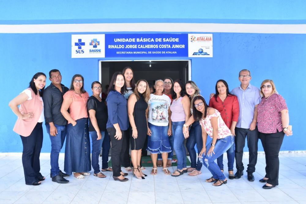 Prefeito Chico Vigário e primeira-dama Rosiane Vigário ao lado da equipe da UBS José Paulino. Foto: ASCOM Atalaia / Alberto Vicente