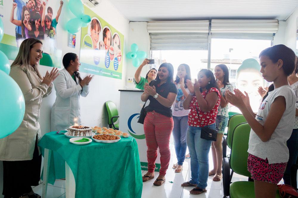 Bolo e parabéns para marcar o primeiro anievrsário da Rede OrtoEstética em Atalaia.