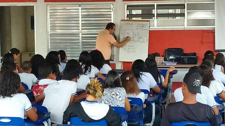 O professor e secretário de educação, Anilson Júnior, ministrou conteúdos de matemática.