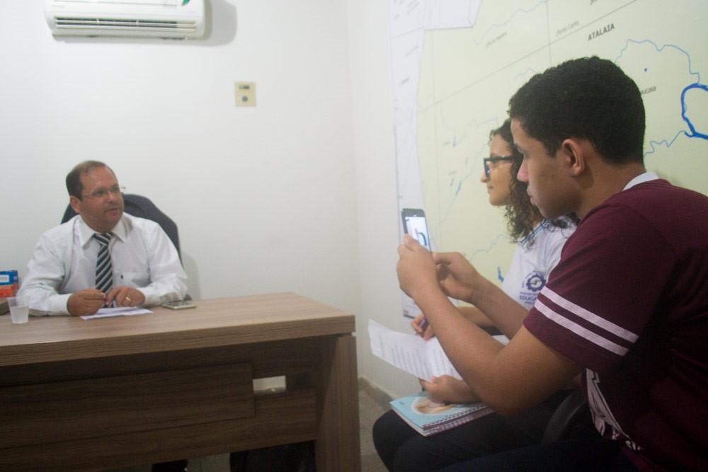 Vereador Alexandre Tenório participa de entrevista realizada por alunos da Escola Antônio Amâncio