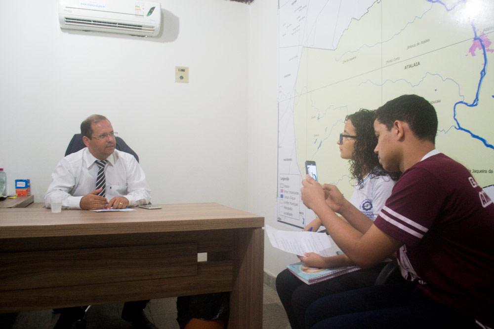 Presidnete da Câmara de Vereadores de Atalaia é entrevistado por alunos da Escola Municipal Antônio Amâncio.