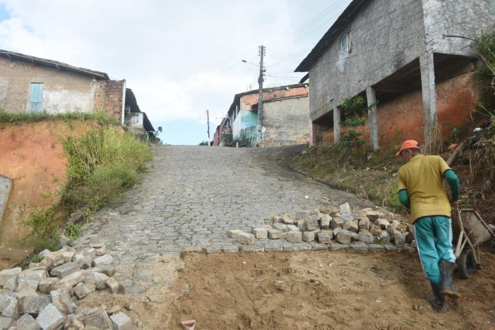 Prefeitura dá inicio a recuperação de calçamentos e iluminação nos Altos do Cruzeiro e João Miranda