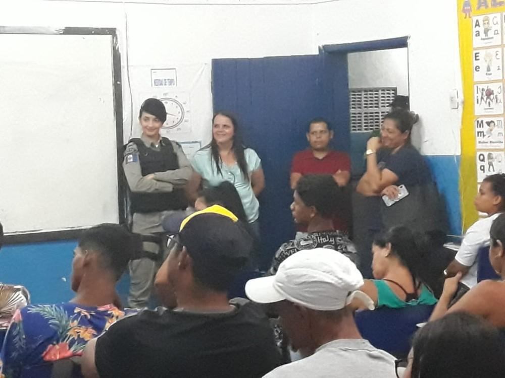 Alunos da EJA da Escola Municipal Jabes Francisco acompanham palestra ministrada pela 4ª Companhia de Policia Militar