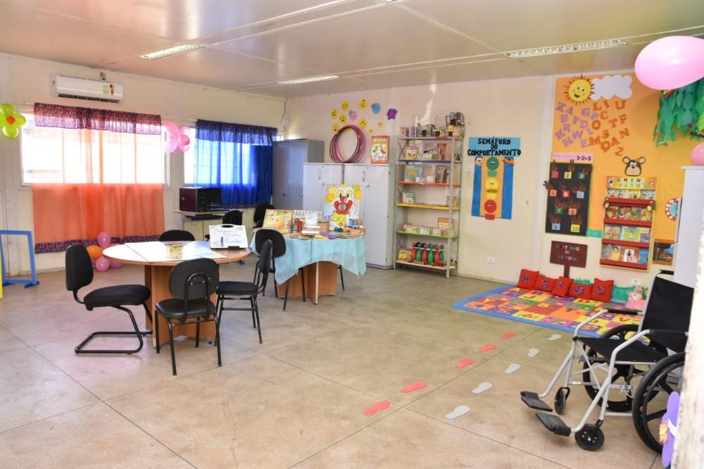 Prefeito Chico Vigário inaugura nova Sala de Recursos da Escola Municipal Suzana Craveiro