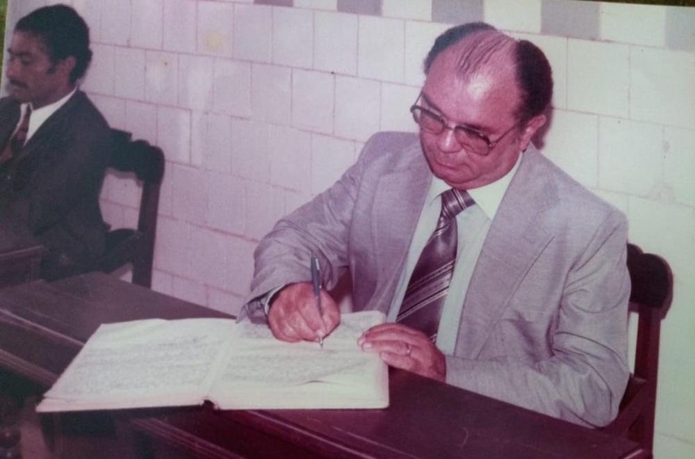Vereador Vicente de Freitas Neto assinando livro de ATAs durante sessão da Câmara Municipal de Atalaia.